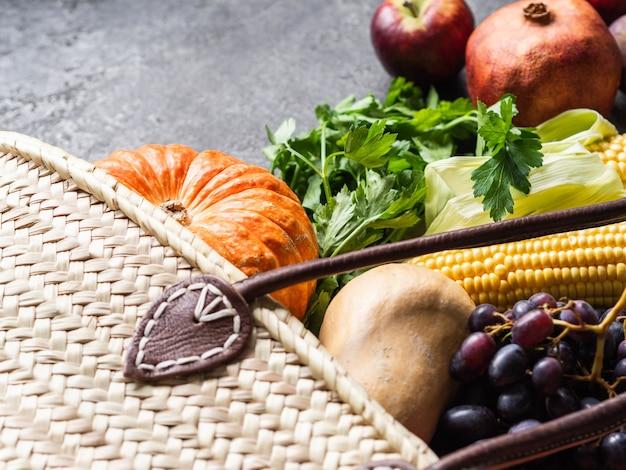 ストローバッグと新鮮な自然野菜や果物。 Premium写真