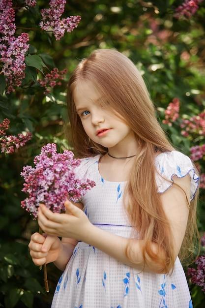 公園で子供の春の肖像画。面白い感情 Premium写真