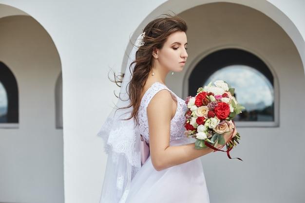 彼女の手に花の花束を持つ花嫁 Premium写真