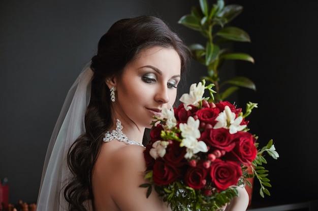 花の花束を持つ花嫁の肖像画 Premium写真
