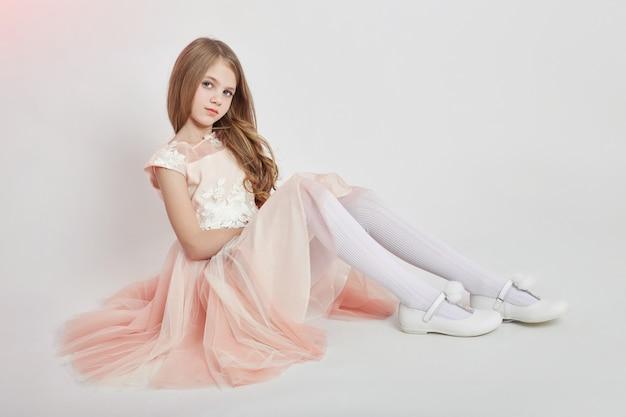 陽気なポジティブガール美しいドレスピンク色 Premium写真