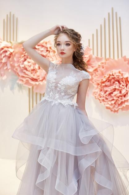 高価なウェディングドレスの美しい花嫁 Premium写真