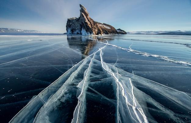 バイカル湖の凍るような冬の日。 Premium写真