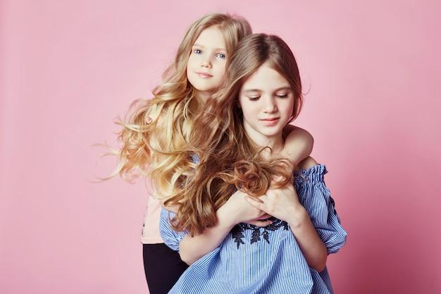 二人の女の子の明るい夏は美しい服を見て Premium写真