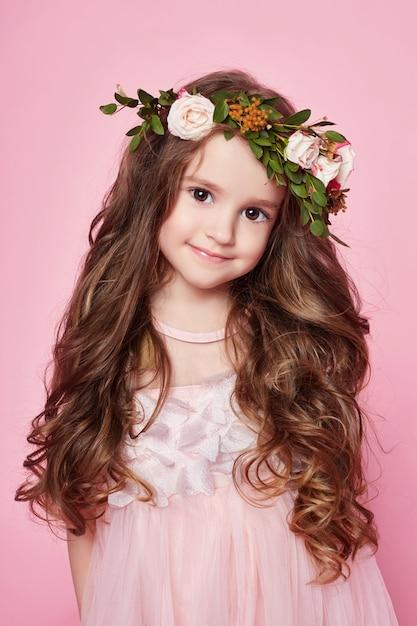 明るい夏の女の子は美しい服を見ます。フラワーズ Premium写真