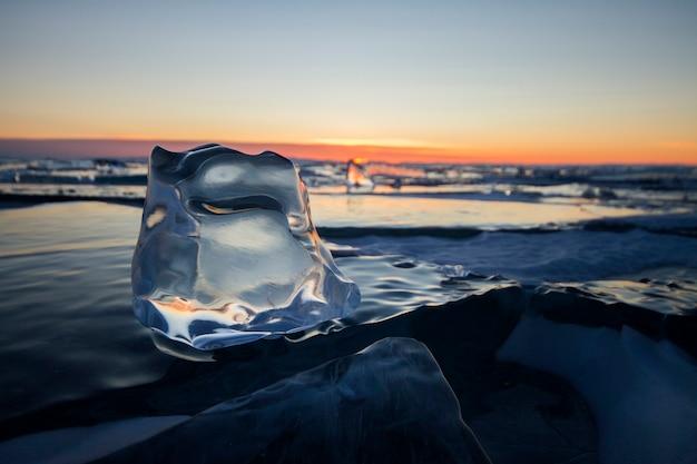 日没時のバイカル湖、すべてが氷と雪で覆われています Premium写真
