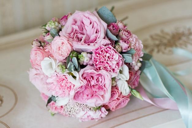 美しい夏のウェディングブーケ。女の子のための繊細な明るい花 Premium写真