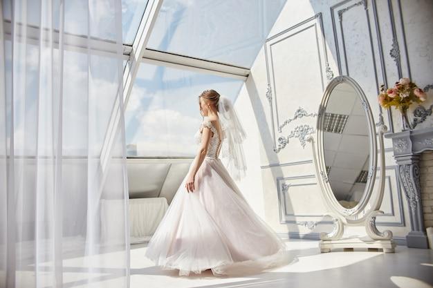 朝の花嫁待っている新郎のウェディングドレスの女性 Premium写真