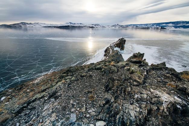 バイカル湖は凍るような冬の日です。最大の淡水湖 Premium写真