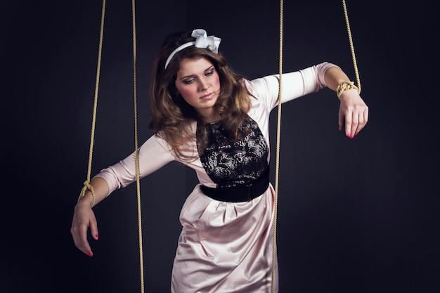 物干しにハロウィーンの女性の人形。手と足でロープで縛られて少女人形 Premium写真