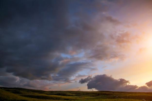 草原の夕日、雲と美しい夕方の空、プラトウコク、誰もいない、アルタイ、シベリア、ロシア Premium写真