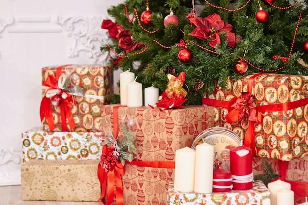 美しいクリスマスの装飾、新年のおもちゃ、暗い花輪で光る Premium写真