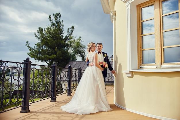 花嫁と花がハグとキス、永遠の愛 Premium写真