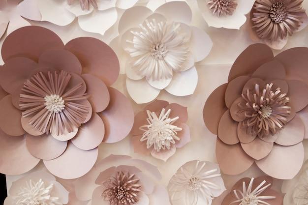 Искусственные бумажные цветы ручной работы, красивый декор Premium Фотографии