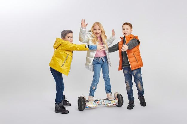 Осенняя коллекция теплой одежды для детей. куртки и пуховики одежда для детей Premium Фотографии
