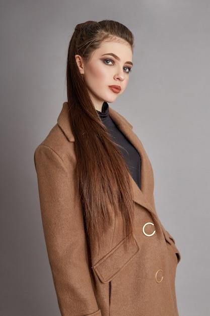 Яркое пальто на теле девушки, весна пришла Premium Фотографии