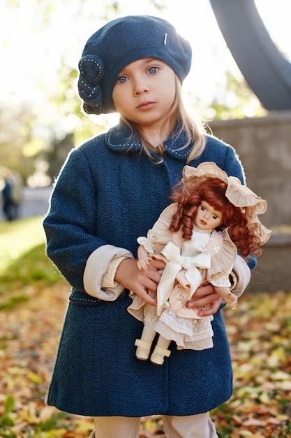レトロな秋春服の子供の赤ちゃん。 Premium写真