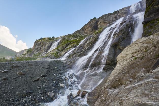Водопад в горах кавказа, таяние ледникового хребта архыз, софийские водопады. красивые высокие горы россии, река чистой ледяной воды. лето в горах, поход Premium Фотографии