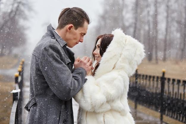 愛のカップルの抱擁と秋のキス Premium写真