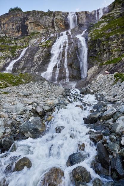 コーカサス山脈の滝、溶けた氷河の尾根アルヒズ、ソフィアの滝。美しい高山 Premium写真