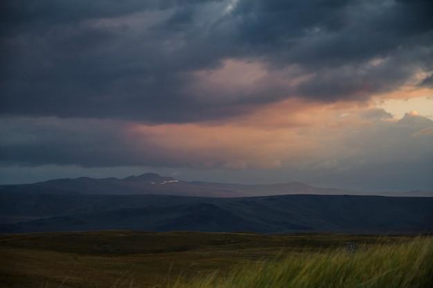 砂漠の夕日、太陽の光が雲の切れ間から輝きます。アルタイのウコク高原 Premium写真