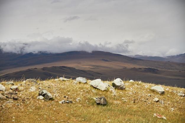 草原の上空の雲、丘の上に嵐雲。アルタイのウコク高原。素晴らしい寒い風景。誰でも Premium写真