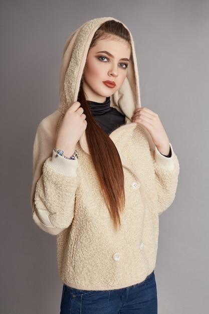Женщина весной, осеннее пальто модная одежда Premium Фотографии