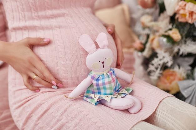 Беременная женщина ждет рождения ребенка Premium Фотографии