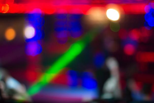 夜のクラブで踊る人々の背景をぼかした写真 Premium写真