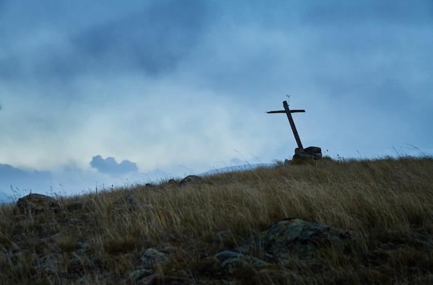 одинокая могила в степи старый деревянный крест на могиле