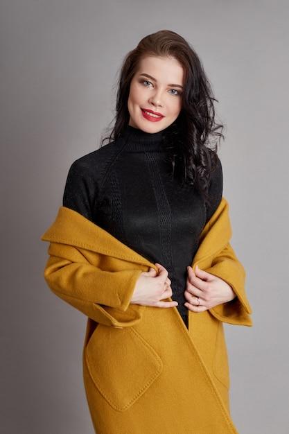 Мода девушка весеннее пальто весенняя одежда. яркое пальто Premium Фотографии