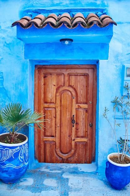 青い街の青い扉の美しい多様なセット Premium写真