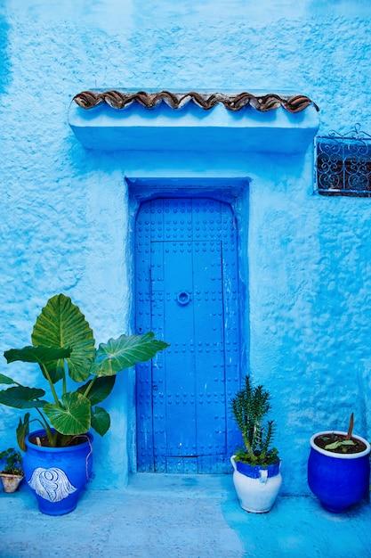 青いドア市モロッコの美しい多様なセット Premium写真