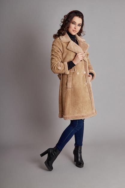 Модная девушка в весеннем пальто, осенняя одежда Premium Фотографии