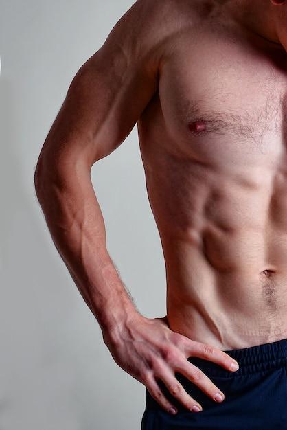 筋肉ボディービルダー男の半身、上半身 Premium写真