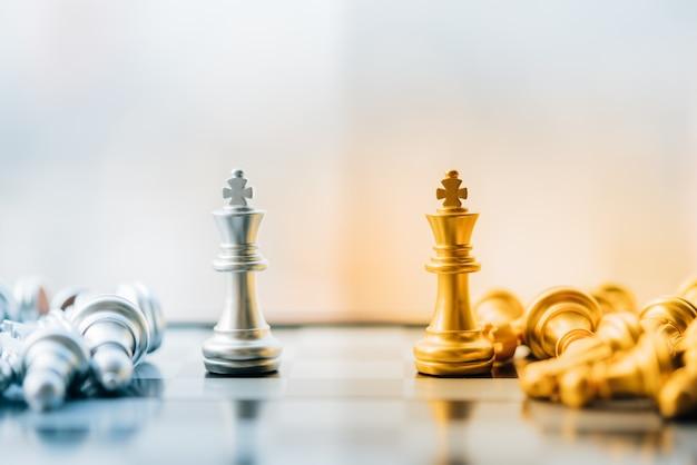街背景にチェスの金と銀の王様。 Premium写真