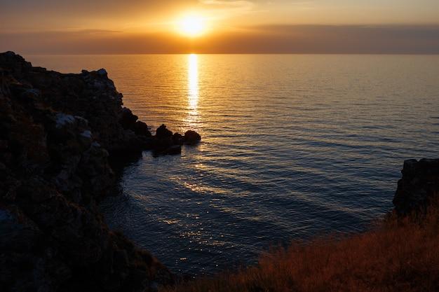 夕暮れ時の砂浜のビーチと海のラグーン Premium写真