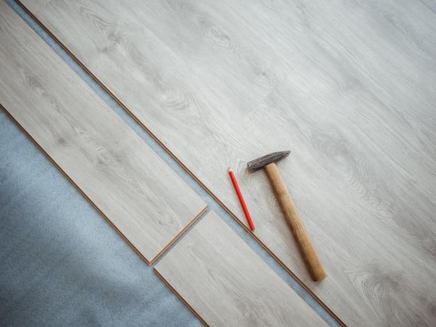 アパートの修理プロセス。ラミネートフローリング Premium写真