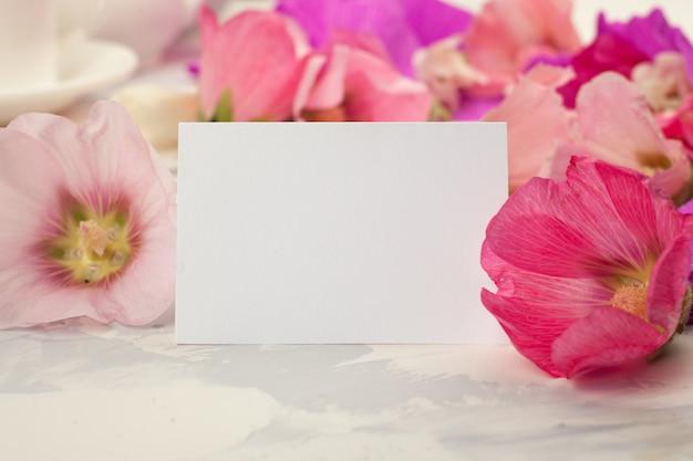 Открытка на день матери открытка с цветами Premium Фотографии