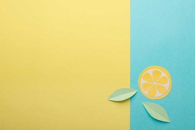 抽象的な夏の背景 - 黄色 - 青の背景に折り紙の紙果物 Premium写真
