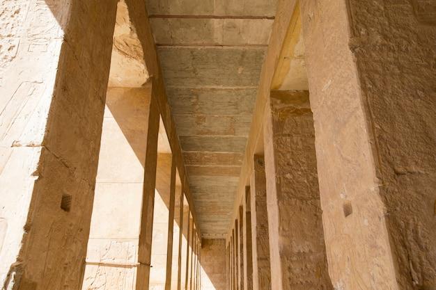エジプトのルクソール近くのハトシェプスト神殿 Premium写真