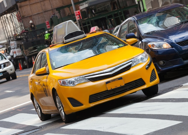 Классический вид на улицу с желтой кабиной в нью-йорке Premium Фотографии
