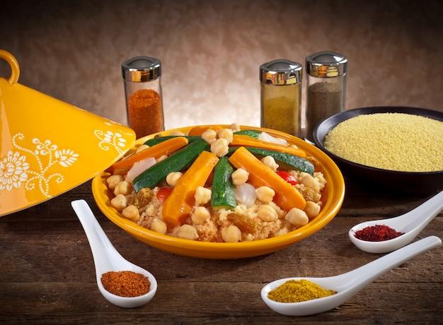 クスクスとスパイスの野菜タジン Premium写真