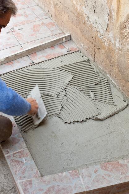 瓦職人は床材で動作します。 Premium写真
