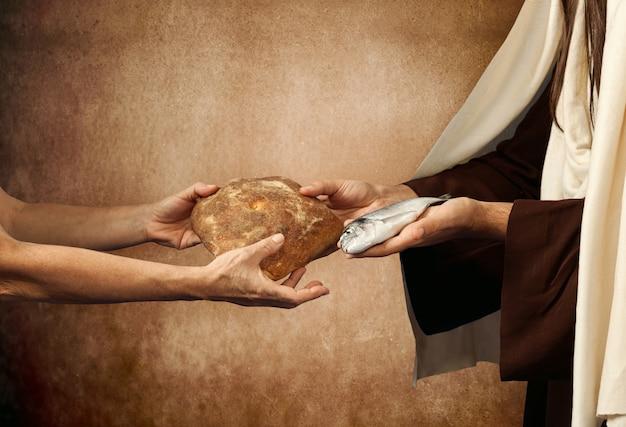 イエスはパンと魚をあげます Premium写真