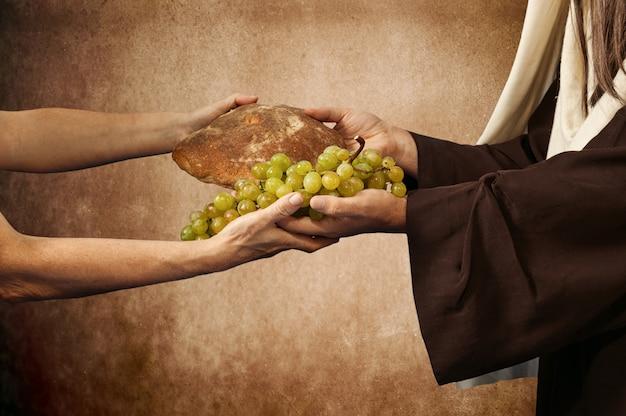 イエスはパンとぶどうを与えます Premium写真