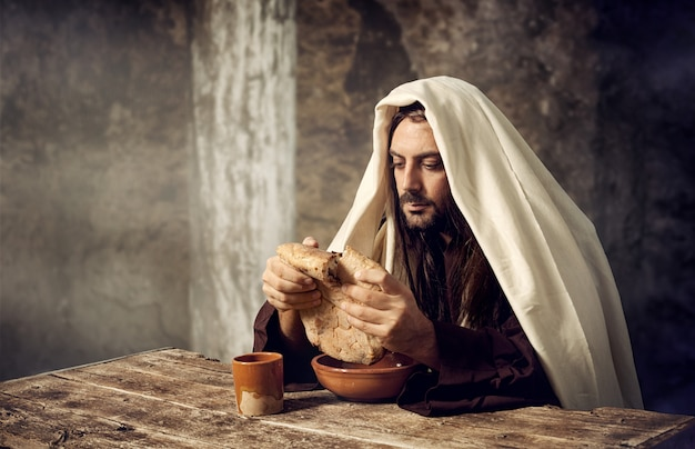 イエスはパンを壊します Premium写真