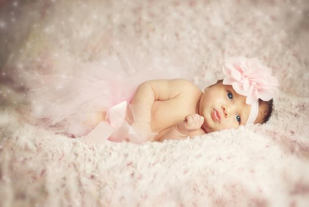 ピンクのチュチュと生まれたばかりの赤ちゃん女の子。 Premium写真