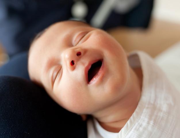 眠っているかわいい赤ちゃん Premium写真