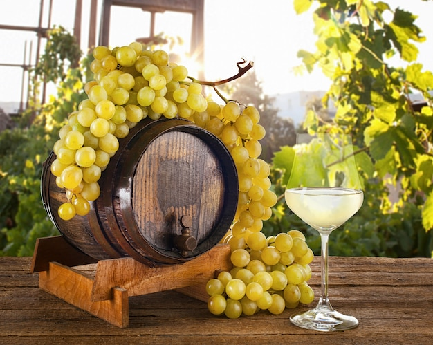 ブドウと樽の白ワイン。 Premium写真